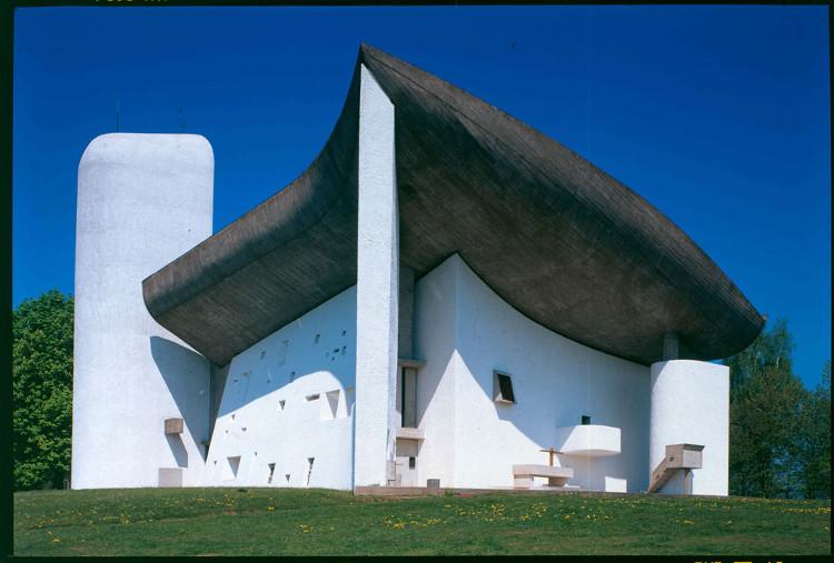 Một trong những công trình độc đáo nhất của ông là nhà thờ Notre Dame de Haut ở Pháp.