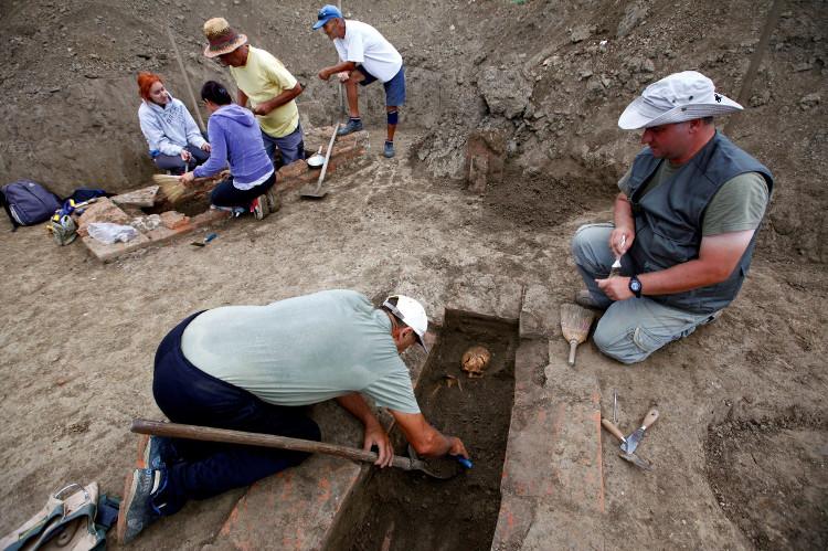 Thi hài của những người này và những mảnh thần chú kia được chôn cất vào khoảng thế kỷ IV sau Công nguyên.