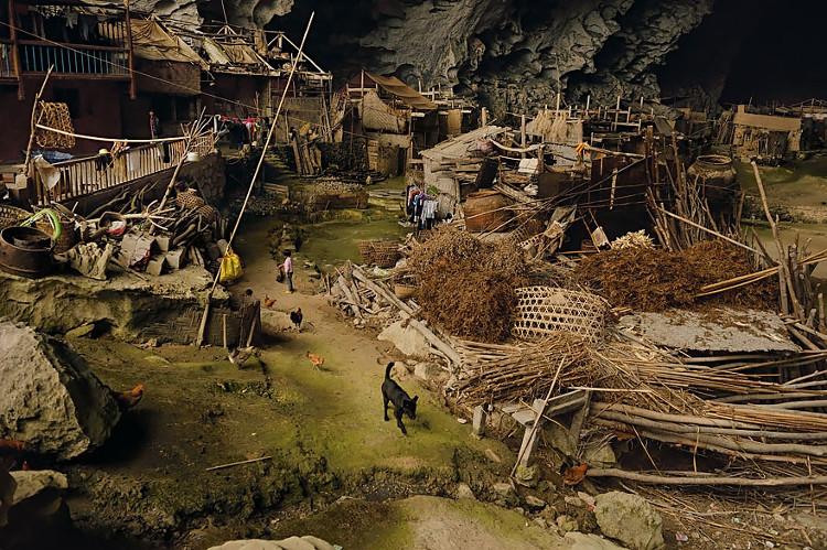 Cuộc sống hoàn toàn tách biệt thế giới bên ngoài của dân làng.