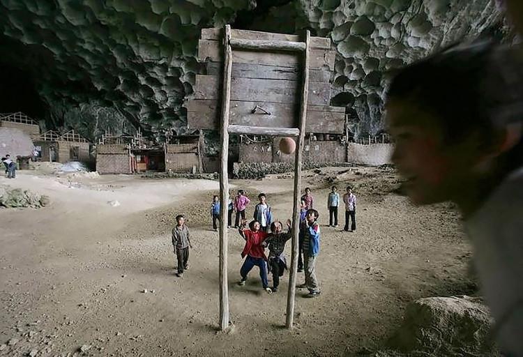 Lũ trẻ trong làng có cả sân bóng rổ để vui chơi.