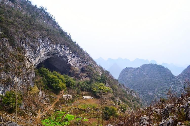 Ngôi làng nhỏ bé trong hang động có khoảng 100 người đang sinh sống.