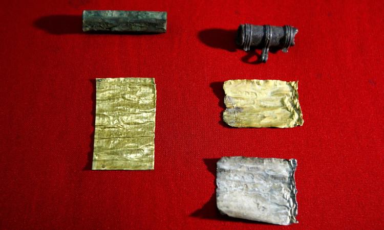 Những câu thần chú ấy được tìm thấy trong một chiếc vòng cổ bằng chì.