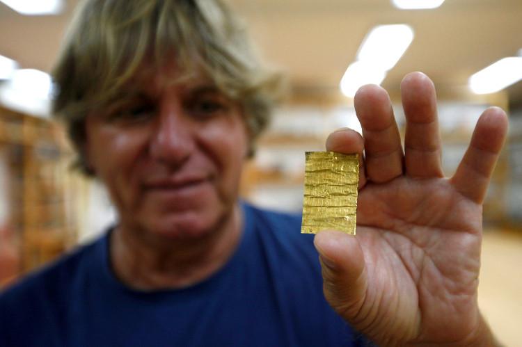 Cận cảnh miếng vàng mới được các nhà khảo cổ khai quật được.