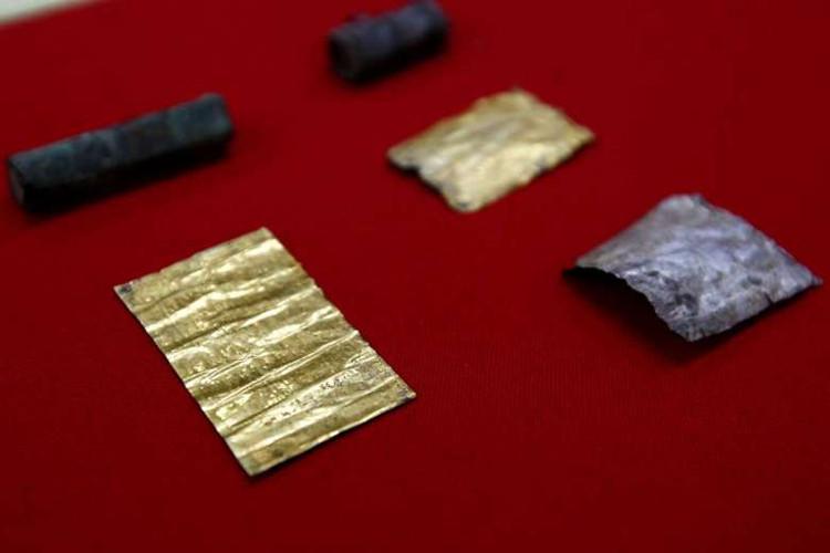 Từ trước tới giờ, các nhà khảo cổ nơi đây chưa tìm thấy một câu thần chú nào được khắc lên vàng cả.