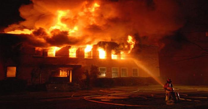 Khi xảy ra hỏa hoạn, nên cúi thấp người xuống, tốt hơn nữa là bò dưới sàn.