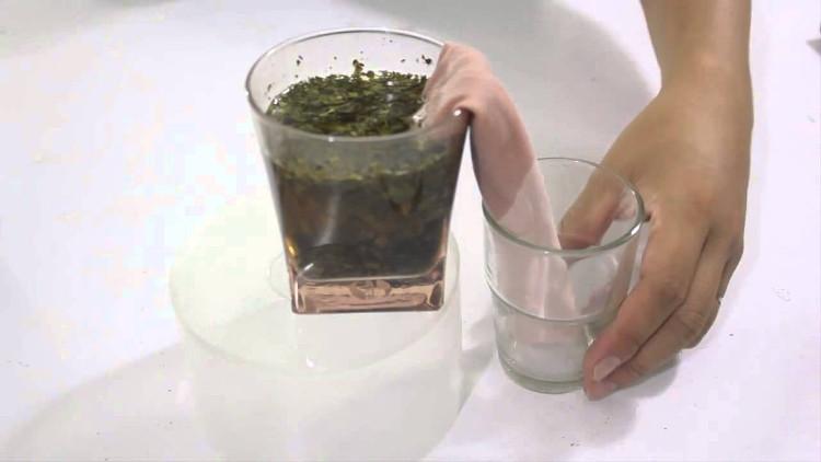 Hãy cho nước bẩn vào bình cao đặt cạnh một chiếc bình thấp hơn, dùng khăn giấy (hoặc vải) cuộc lại để 2 đầu vào 2 bình cho chạm đáy.