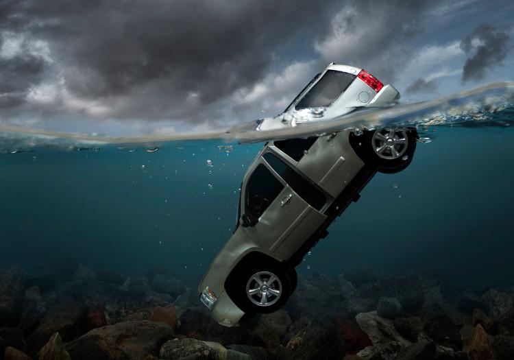 Dùng lực thật mạnh, thậm chí cầm vật cứng để phá vỡ cửa xe nếu muốn sống sót.