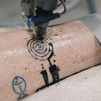 Chế tạo ra người máy biết xăm hình