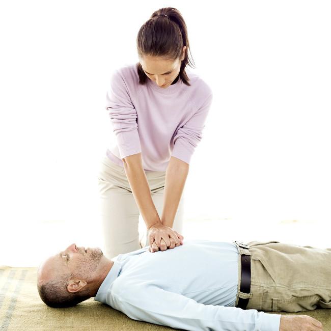 Bạn nên tiến hành cấp cứu bằng phương pháp bóp tim ngoài lồng ngực.