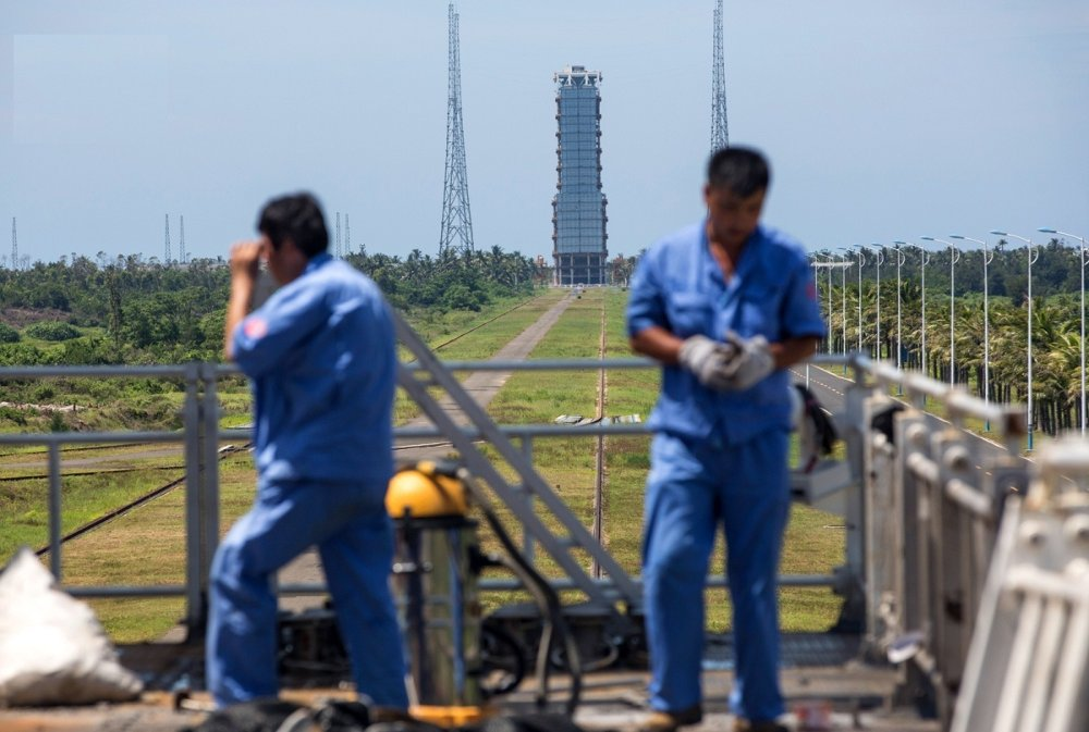 Trong hình là các công nhân kết thúc một ngày làm việc trên bệ phóng.