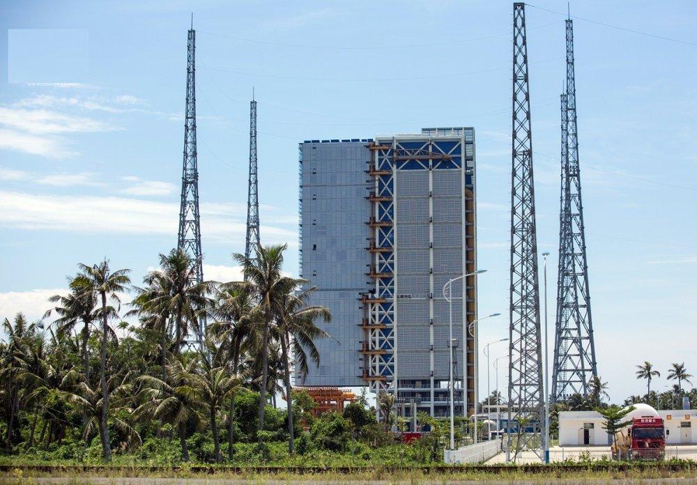 Tháp phóng tên lửa Trường Chinh 5 (CZ-5) là một trong hai toà tháp phóng tại trung tâm Văn Xương.
