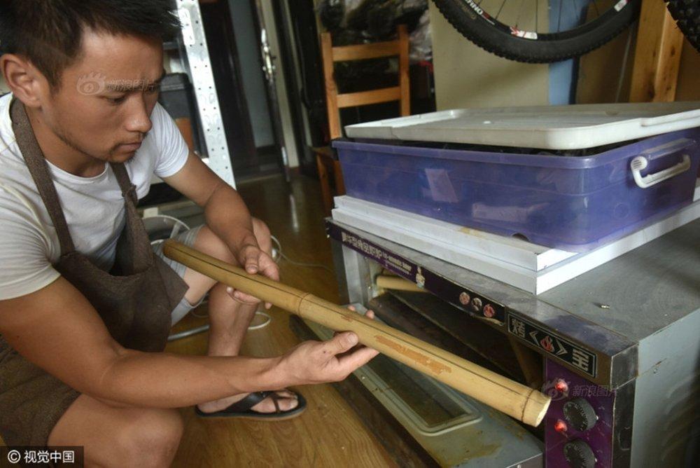 Sau khi cắt tre, Abu xử lý chống vỡ, ẩm mốc và mối mọt cho tre.
