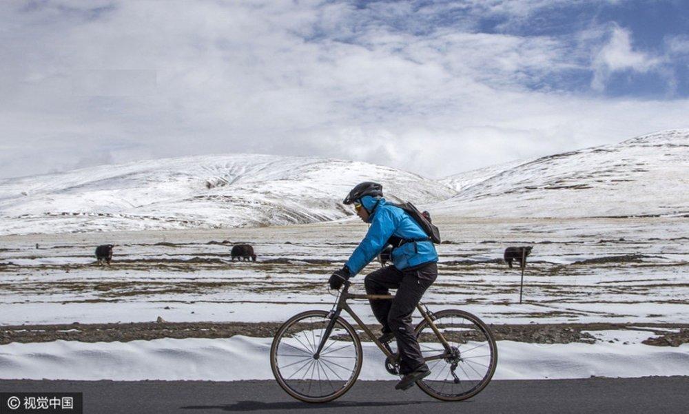 Theo QQ, câu chuyện một thanh niên vi vu trên cao nguyên bằng xe đạp tre đang thu hút sự chú ý của người dùng mạng Trung Quốc.