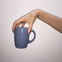 Cách cầm cốc giúp cà phê không bị đổ ra ngoài
