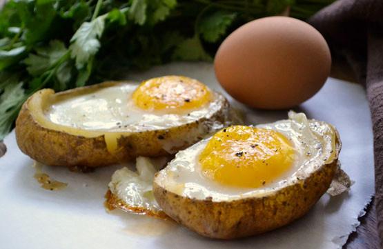 Khoai tây và trứng gà là một món ăn dễ làm tăng hàm lượng cholesterol gây béo phì.