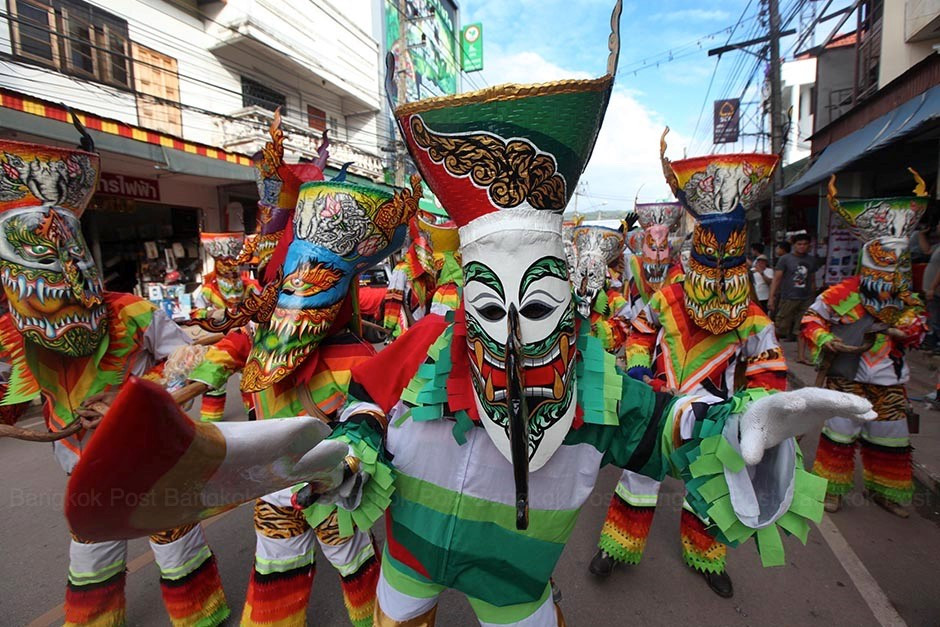 Người tham gia lễ hội thường mặc trang phục như ma quỷ và đeo mặt nạ.