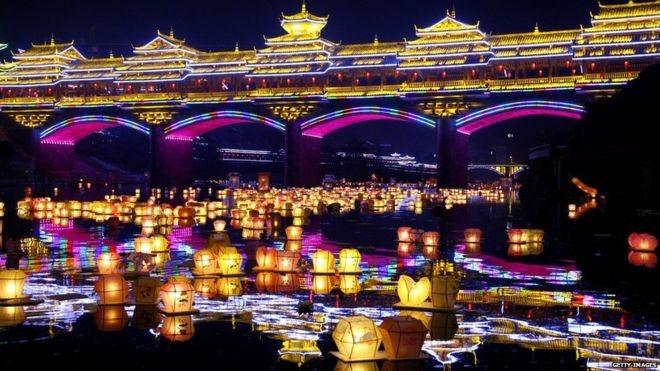 Người Trung Quốc sẽ thả đèn lồng xuống các con sông như để dẫn đường cho hồn ma trở về cõi âm.