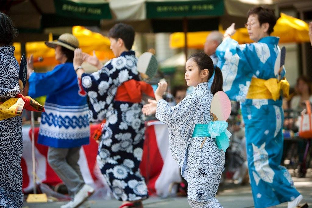 Ngày cuối cùng, người Nhật mặc bộ kimono mùa hè (yukata) và cùng nhau tham gia điệu múa Obon (bon odori) theo vòng tròn.
