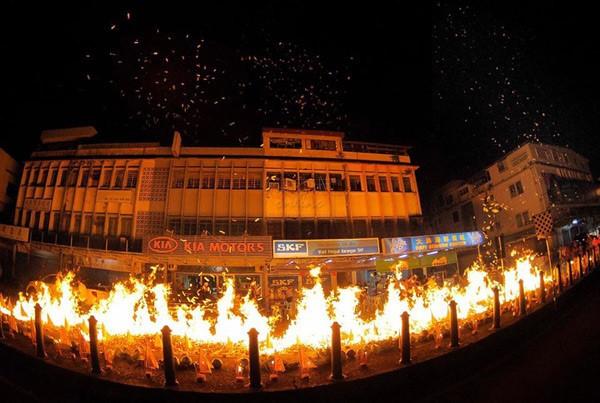 Malaysia cũng có những phong tục trong tháng cô hồn gần giống với người Trung Quốc như thả đèn tiễn vong linh, dâng cúng các vật phẩm, đốt vàng mã...