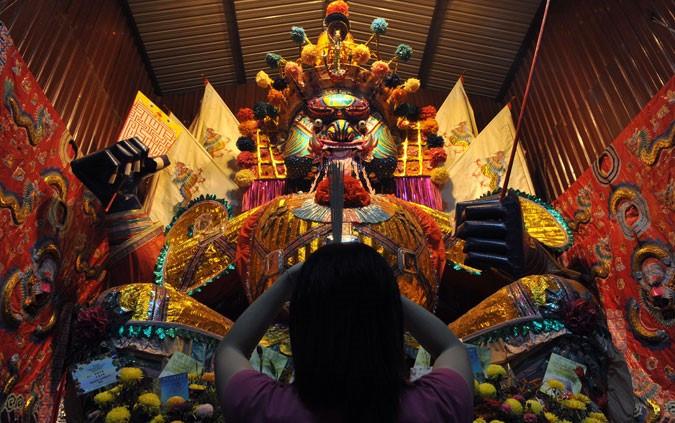 Các tín đồ đạo Phật cũng đến những ngôi đền ở Malaysia để cầu nguyện cho các vong linh