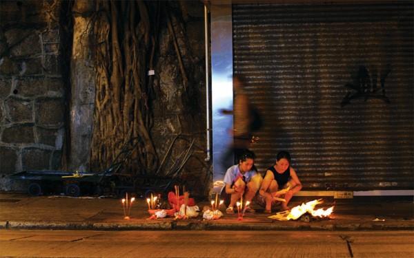 Trong ngày rằm và cả tháng cô hồn, cũng như người Việt Nam, người dân Trung Quốc chuẩn bị cơm cúng, đốt mã gồm tiền, quần áo