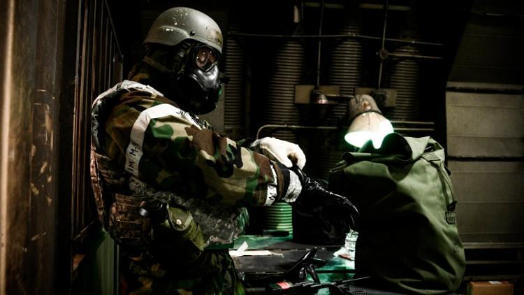 Sĩ quan Mỹ mặc bộ đồ bảo vệ hóa học trong một buổi tập mô phỏng cuộc tấn công tên lửa tại căn cứ Osan Air Base của Mỹ tại Hàn Quốc vào tháng 5/2016.