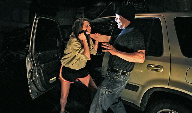 Một chiếc đèn pin cực sáng có thể giúp bạn chống lại một kẻ tấn công mình hiệu quả.
