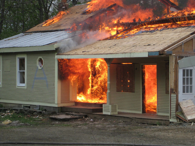 Khi gặp hỏa hoạn, tốt nhất bạn hãy bò sát sàn nhà để tránh khói độc.