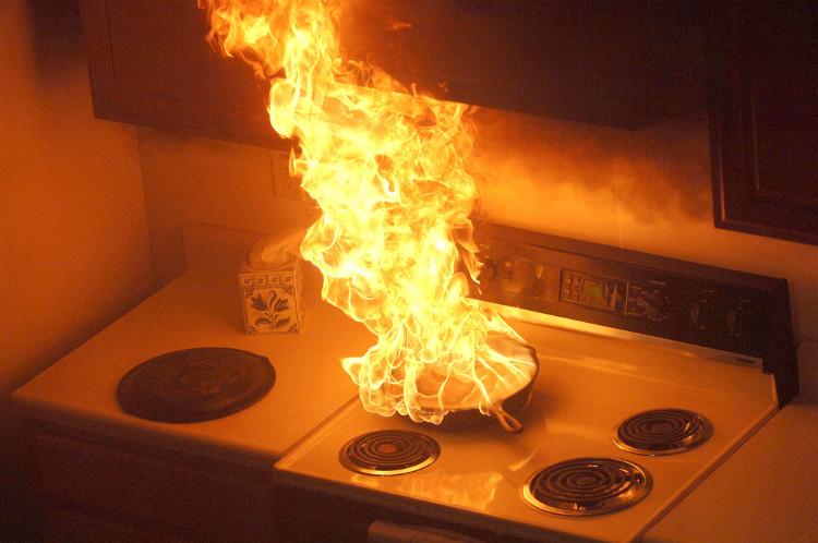 Nếu đang nấu ăn mà dầu đun sôi bốc cháy, bạn chỉ cần đậy kín nồi hoặc chảo dầu là có thể dập lửa dễ dàng.