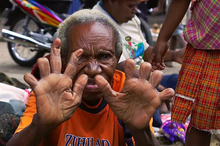 Nghi lễ này đã bị chính phủ Indonesia cấm thực hiện trong vài năm gần đây.