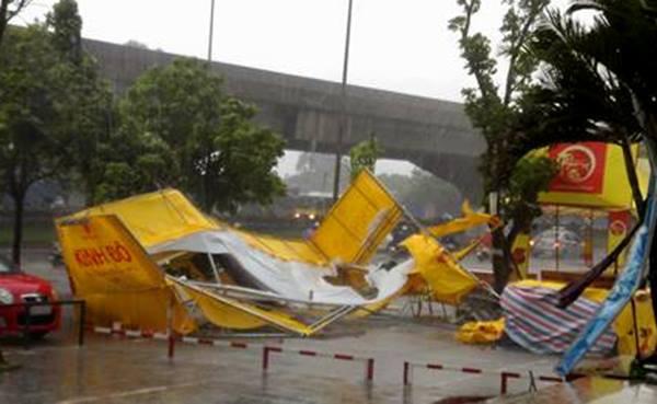 Cửa hàng bánh trung thu trên vỉa hè cạnh chung cư Kim Văn, Kim Lũ, quận Hoàng Mai bị gió quật đổ.