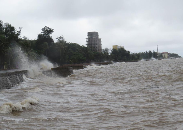 Bờ kè ven biển Đồ Sơn, Hải Phòng, bị sóng đánh mạnh.