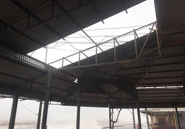 Ki-ốt ở biển Quất Lâm bị gió giật tung mái.