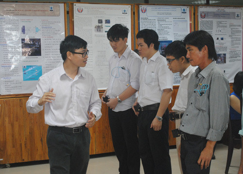 """Những người khiếm thị đã được TS Nguyễn Bá Hải hướng dẫn tận tình cách sử dụng kính """"mắt thần""""."""