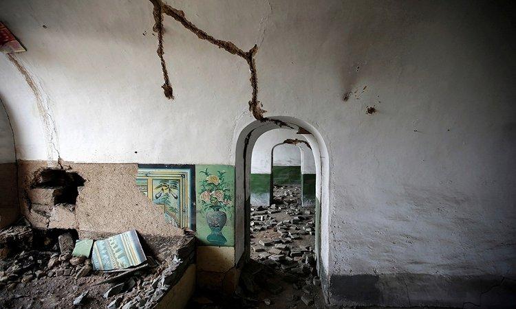 Các bức tường hư hỏng bên trong một ngôi nhà ở làng Yongdingzhuang.