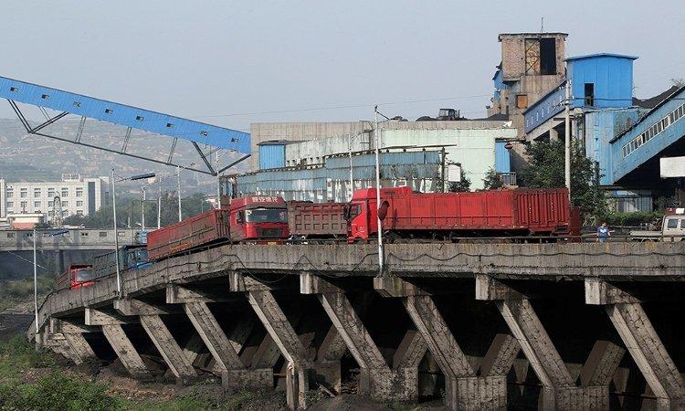 Xe tải đang đứng chờ để chở than bên ngoài khu mỏ ở vùng ngoại ô thành phố Xiaoyi, tỉnh Sơn Tây.