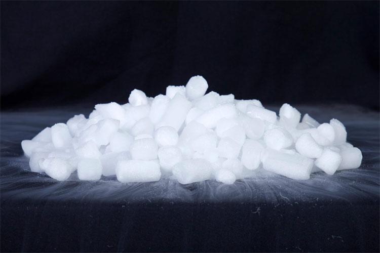 Đá khô là tên gọi được đặt cho carbon dioxide khi nó tồn tại ở trạng thái rắn.