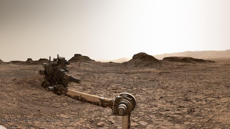 Một bức ảnh chụp đỉnh Murray Buttes của robot Curiosity.