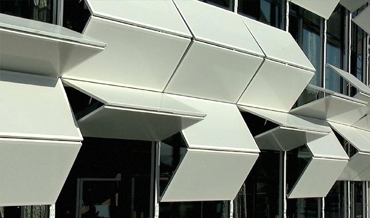 Tòa nhà gồm các khu văn phòng, trưng bày có thể thay đổi linh hoạt.