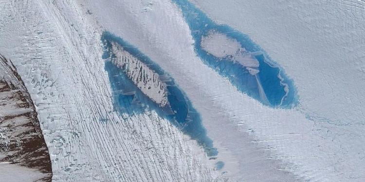 Vệt màu xanh dương kỳ lạ xuất hiện ở Nam Cực.