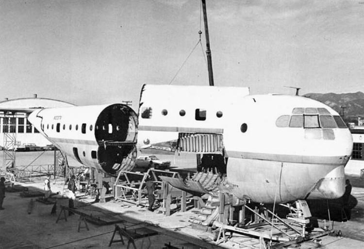 """Công ty của Conroy đã thực hiện màn """"lột xác"""" cho chiếc Boeing 377 để cho ra đời """"bà bầu biết bay"""" Aero Spacelines Pregnant Guppy."""