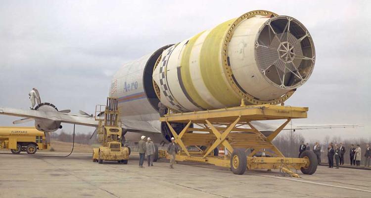"""Năm 1965, """"Cá bảy màu mang thai"""" đã chở S-IV – tầng thứ hai của tên lửa """"Saturn I""""."""