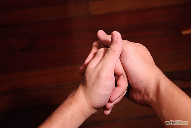Bẻ khớp đốt ngón tay là thói quen của nhiều người.