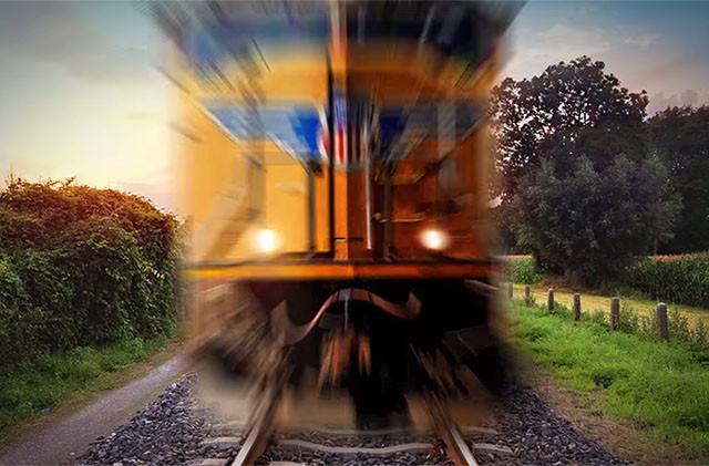 Nếu như đứng đủ gần, bạn có thể bị cuốn vào gầm tàu hỏa mà không cách nào chống cự được.