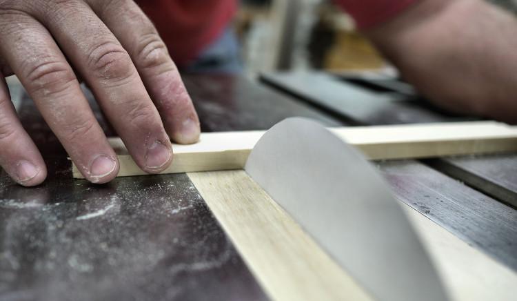Với khúc gỗ dày hơn (độ dày xấp xỉ 1cm), lưỡi cưa giấy chỉ cắt xuyên được gần 2cm.