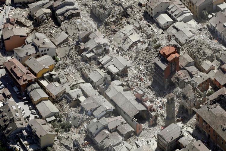 Khung cảnh đổ nát sau trận động đất mạnh 6,2 độ Richter ở Italy.