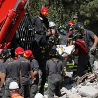 Hàng trăm dư chấn động đất làm rung chuyển Italy