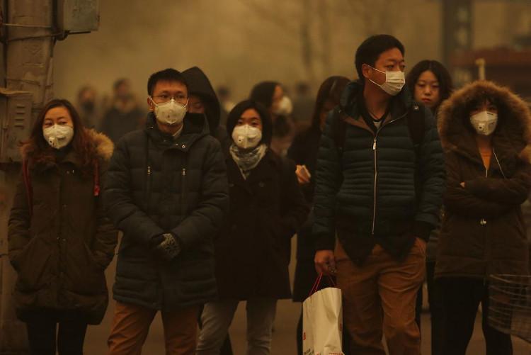 Người dân tại Bắc Kinh, Trung Quốc, sử dụng khẩu trang để chống lại ô nhiễm không khí.