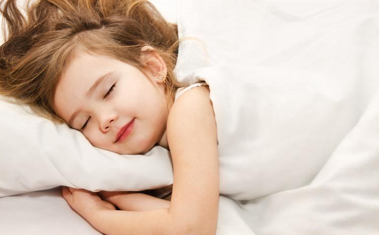 Giật mình khi ngủ là một hiện tượng hoàn toàn bình thường.