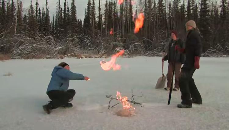 Khí metan thoát ra từ mặt hồ tại Alaska bốc cháy phừng phừng.